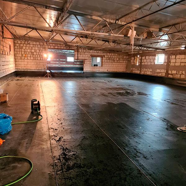 proces robienia izolacji specjalnie pod podłogi